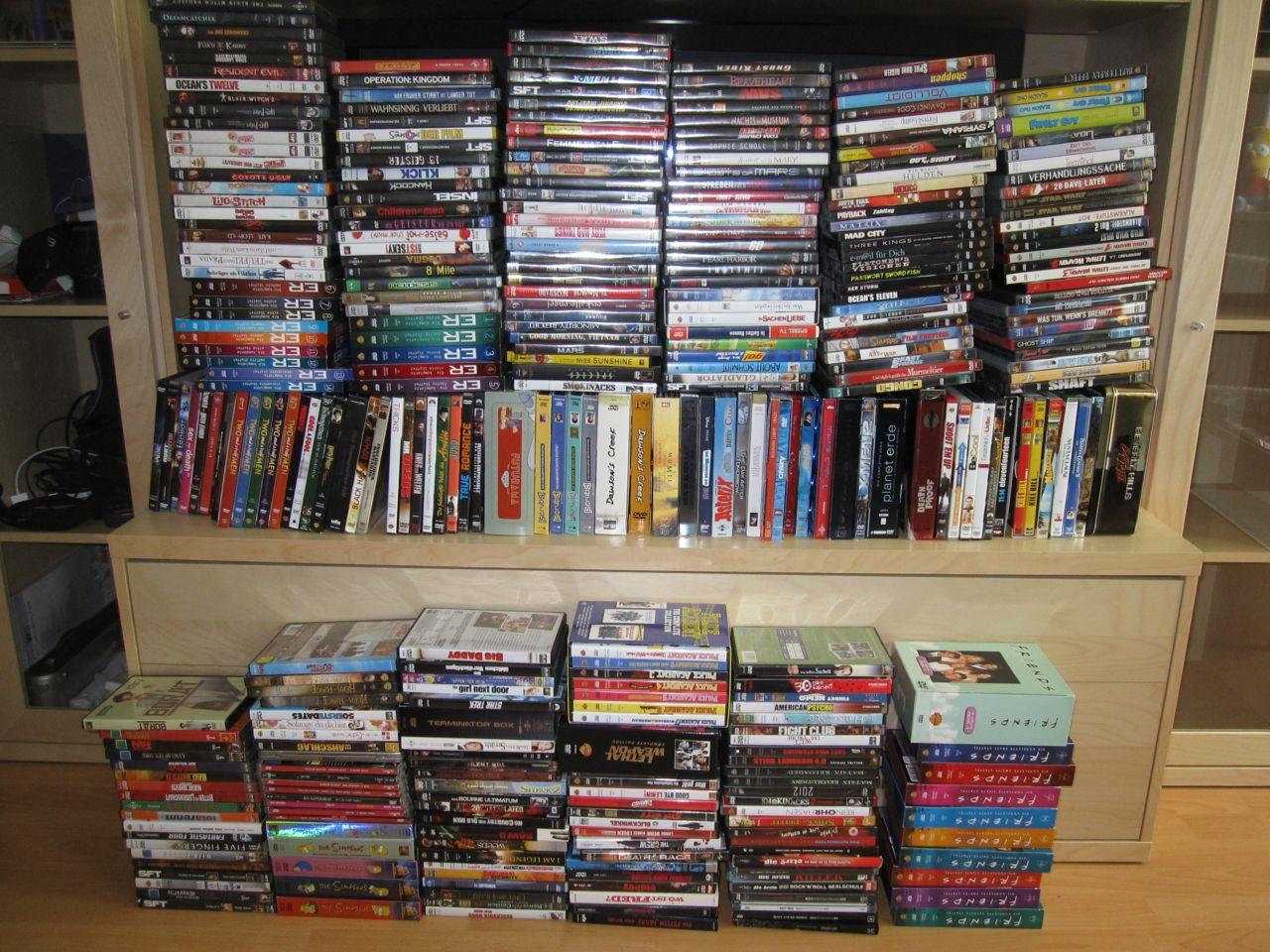 Meine DVDs gestapelt vor dem Fernseher