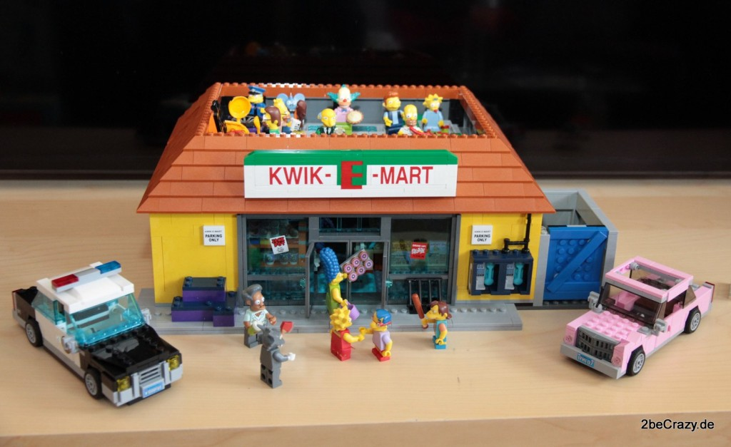 Der fertige Kwik-E-Mart mit Einweihungsparty auf dem Dach und allen Simpsons
