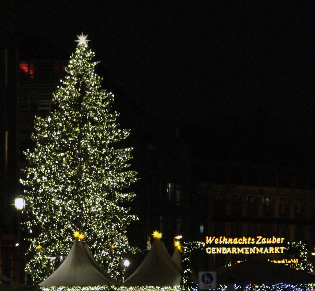 ein weihnachtsbaum f r den gendarmenmarkt wird geboren. Black Bedroom Furniture Sets. Home Design Ideas
